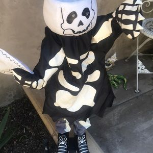 Talking and moving Halloween fun decoration
